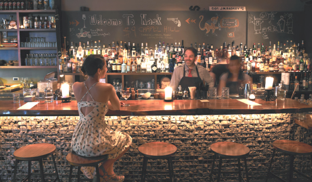 5 Reasons Your Bar Needs Cell Phone Charging Solutions